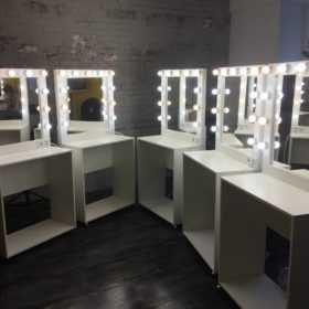 Туалетный столик с гримерным зеркалом от производителя +7(495)1281381 CARAVELLA на MakeupMirror.ru