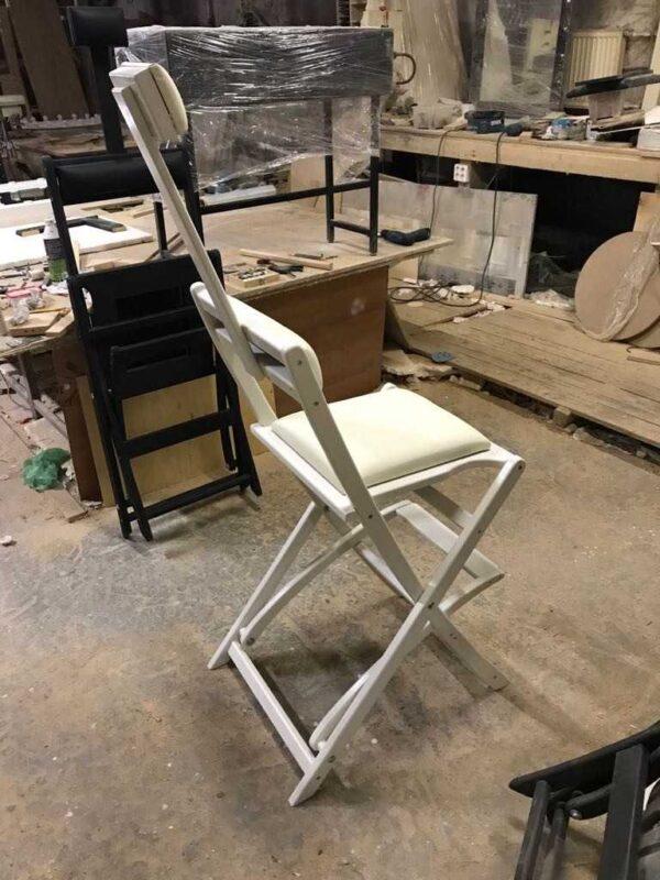 Фотография на производстве стул для гримерного стола складной белый GSLW01 от Caravella MakeupMirror.ru